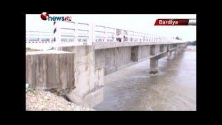 बर्दियाको कर्णाली नदीमाथि बनाइएको पुल हस्तान्तरण नहुँदै वगाउने अवस्थामा - NEWS24 TV