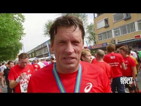 Johann Olav Koss (Right To Play) congratulates Dam tot Dam runners