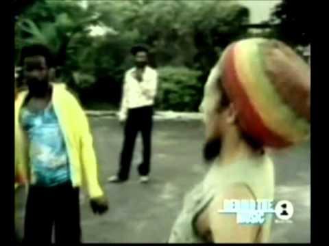 Bob Marley Jugando Al Futbol Football Is Freedom Youtube