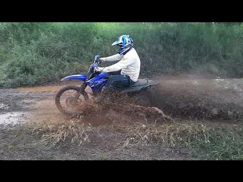 Yamaha XTZ 250 Lander de Trilha atravessando poça de barro na estrada de chão