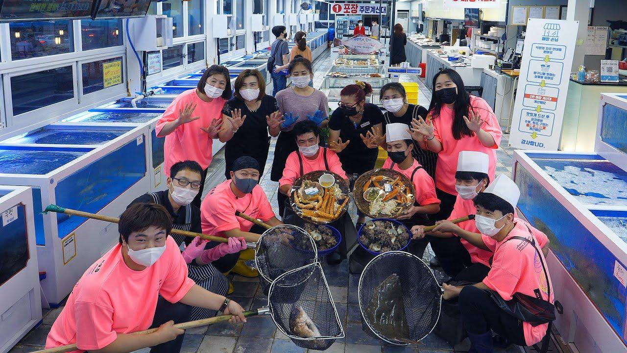 다양한 해산물을 한곳에서 즐기는 300평 규모의 실내수산시장 / Overwhelming seafood department store