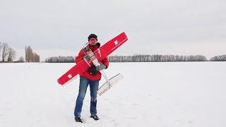 Запуск арктического RC самолета в заснеженной степи