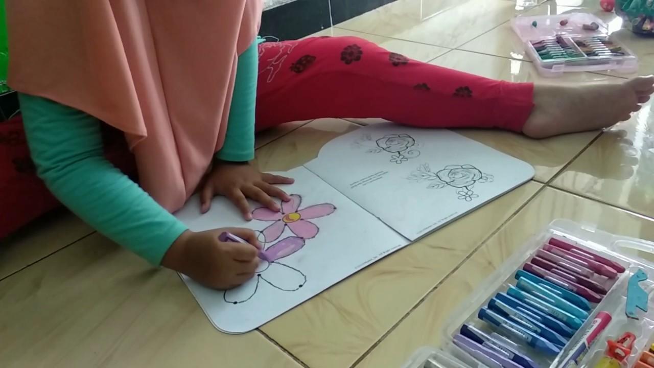 mewarnai gambar bunga dengan crayon