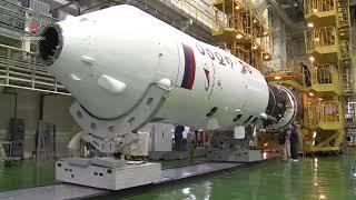 Накатка головного обтекателя на корабль «Союз МС-14»