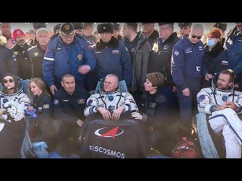 شاهد: أعضاء الطاقم الروسي لتصوير أول فيلم في الفضاء يعودون إلى الأرض