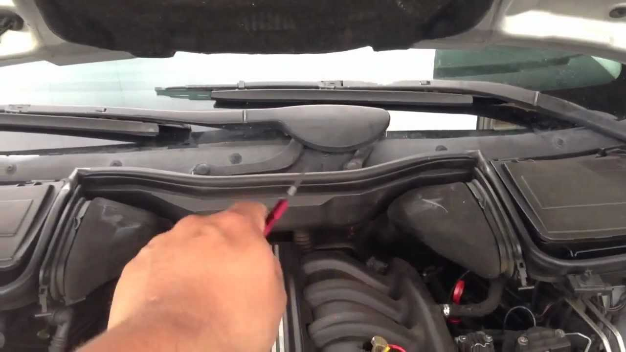 Demonstrating Wiper Blade Removal 97 03 Bmw 5 Series E39