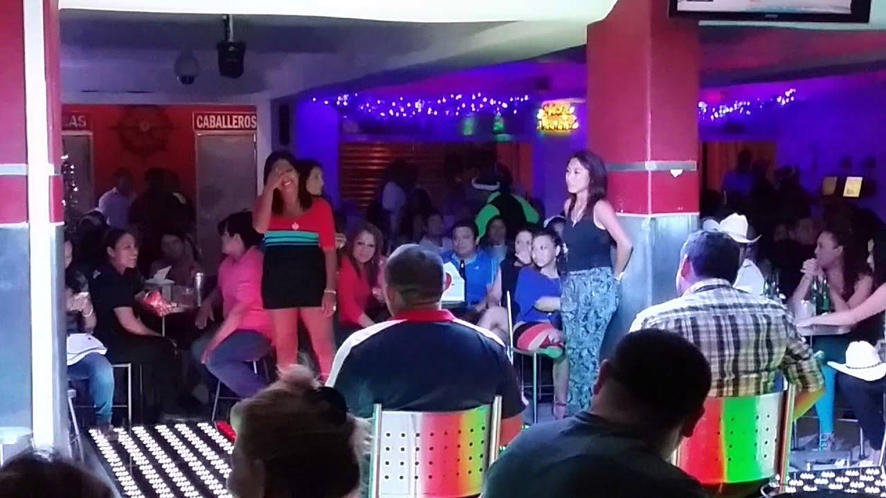 Chica baila sensual en el capri bar youtube for Bar la oficina