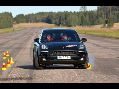 """Szwedzcy dziennikarze wypróbowali nowego SUV-a Porsche w teście łosia, imitującym ominięcie dużego zwierza, który nagle wtargnie na drogę, przy 70 km/h. Niestety, w trakcie kontry w Macanie S doszło do zblokowania przedniego zewnętrznego koła, a w rezultacie - do utraty sterowności i poślizgu. Dziennikarze deklarują, że identycznie zachowywały się inne egzemplarze Macana, natomiast konkurencyjne modele - BMW X4 oraz Range Rover Evoque - nie sprawiały podobnych problemów. Błyskawicznie opublikowany materiał skomentowało Porsche. Przedstawiciel niemieckiej marki oznajmił, że interwencja układu hamulcowego to efekt działania systemu ARP (Active Rollover Prevention), który ma na celu zapobieganie ryzyku dachowania, nadsterowności czy oderwania się koła od nawierzchni. Zakres ingerencji ARP w prowadzenie zależy od prędkości jazdy oraz stopnia skrętu kół. W tym przypadku doprowadza on do podsterowności, którą według Porsche kierowcy znacznie łatwiej opanować niż zjawisko nadsterowności. Interwencja trwa maksymalnie 300 ms, co """"zapewnia stabilność kierunkową pojazdu"""". """"Jak pokazuje film, zmiana pasa może zostać przeprowadzana stabilnie i bezpiecznie. Co ważniejsze w tej sytuacji, (...) pojazd w żadnym momencie nie wykazuje tendencji do dachowania, nadsterowności czy oderwania koła od nawierzchni"""" - czytamy w komunikacie.  Porsche Macan Turbo - TEST  Porsche Macan S Diesel - TEST"""