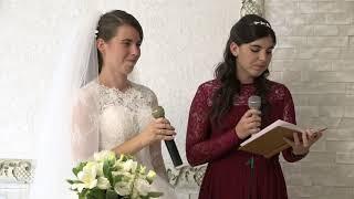 Невеста и ее сестра поют песню для папы.
