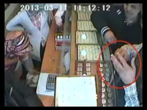 Hırsızlar, kuyumcunun dikkatinden ve tokatından kurtulamadı