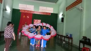 Hội DS Tân Lợi TPBMT múa quạt bài lời ca dân bác