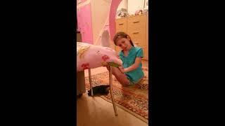Леонова Софья, 9лет растяжка со стула 2 минуты, потом с подлокотника 3 минуты
