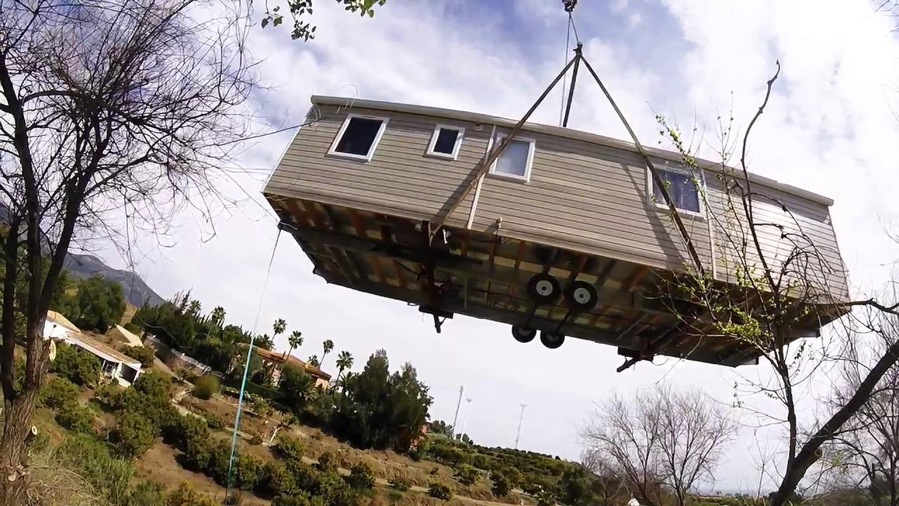 Gruas navarro malaga colocacion de casa movil youtube - Casas moviles en malaga ...