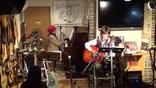15年12月20日(日)広島市南区、フォーク喫茶「置時計」にて♪ 白いギター...