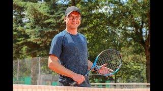 Sportschau-moderator matthias opdenhövel auf dem tenniscourt