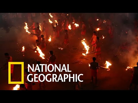印度危險「打火仗」儀式,信徒相互相丟擲燃燒棕梠枝!《國家地理》雜誌