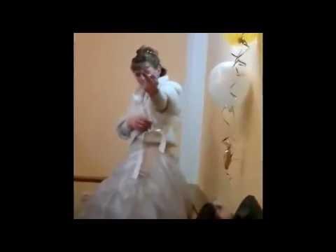 невеста показала зад