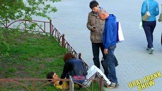 Человек теряет сознание / Social experiment(Можете ли вы рассчитывать на помощь проходящих мимо людей,если вам стало плохо прямо на улице. Предложат..., 2015-05-17T17:17:03.000Z)