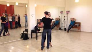 Обучение кизомбе в школе танцев Boombox(Обучение кизомбе в Москве: http://cubansalsa.ru/content/kizomba.php На уроках танцев для начинающих в школе Boombox Виталик и..., 2014-12-23T00:26:40.000Z)
