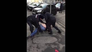 Полицейские избивают людей на празднике часть 1 04.11.2014