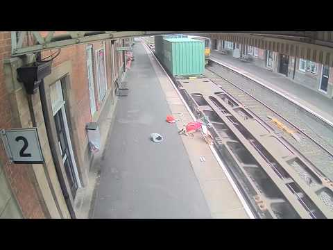 Video:  Un tren pasa a toda velocidad y despedaza un carrito de bebé tras un descuido de la madre