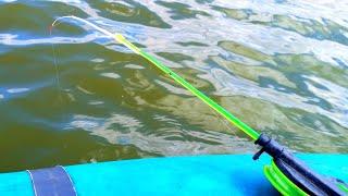 Ловлю КРУПНЫХ КАРАСЕЙ прямо под лодкой Рыбалка на карася