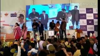 Fan touching dhoni's feet || viral videos