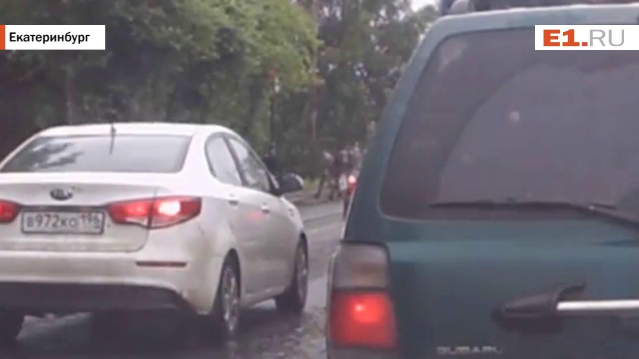 ДТП, в котором легковушка сбила двух женщин, попало на видео