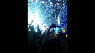 BIG BANG SYDNEY CONCERT - PARTY ♥ RAINING CONFETTI / GIANT BEACH BALL ♥