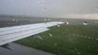 Warten auf Startfreigabe, heftiges Gewitter, Lufthansa B737, in Hamburg