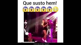 Baixar 27/03-Fã sobe no palco e tenta beijar Anitta e ela foge.