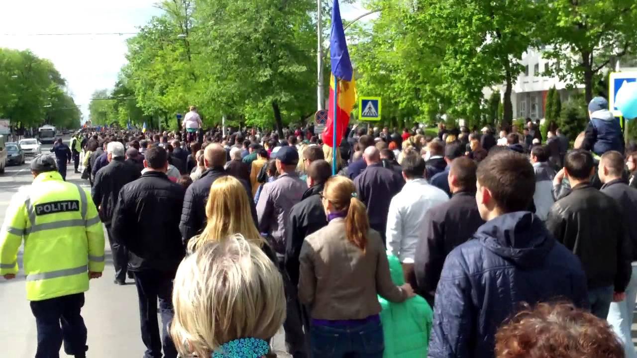 Zeci de mii au ieșit în stradă la #Chișinău contra mafiei