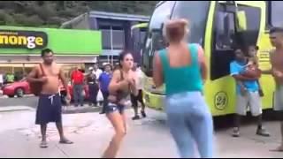 Mujeres peleando en la calle