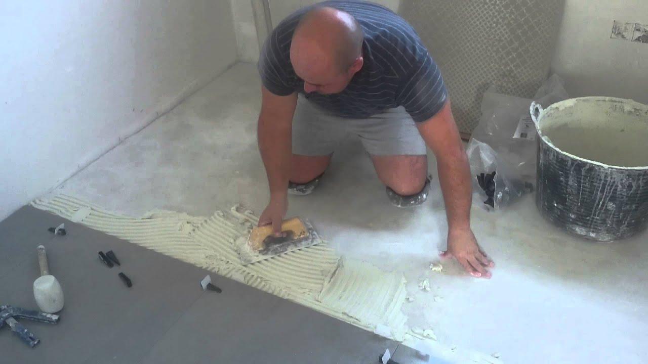 Colocaci n de suelo porcelanico con cu a niveladora youtube - Como colocar suelo ...