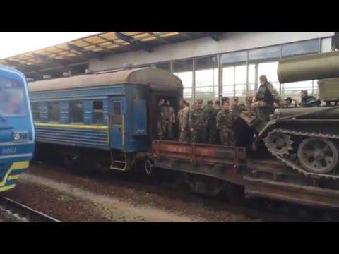 Солдаты и техника ВСУ едет в АТО