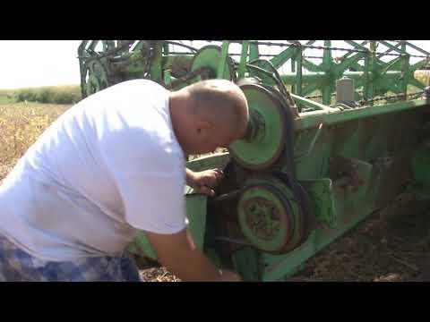 Zetva soje -  poljoprivrednik popravlja kombajn - Djuro Djakovic na njivi