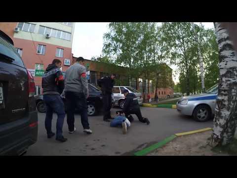 Это просто цирк какой-то. Надо ж так опуститься! / Police arrested a Caucasian inadequate