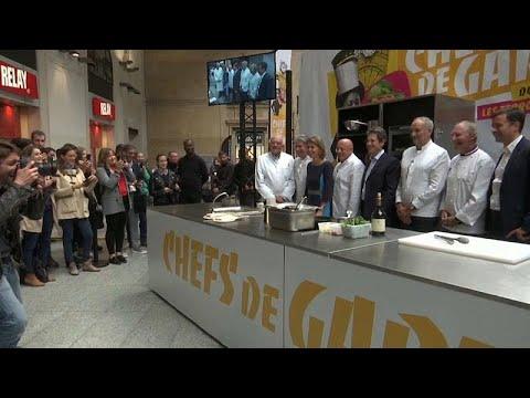 شاهد: عرض لخمسة من أمهر الطباخين الفرنسيين في محطة قطارات سان لازار بباريس…