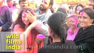 White women play messy Holi in India : Rishikesh Haridwar videshi Holi