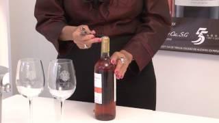 La manera correcta de servir el vino. thumbnail