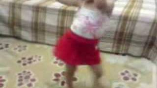 طفلة تهز و ترقص Dancing little girl