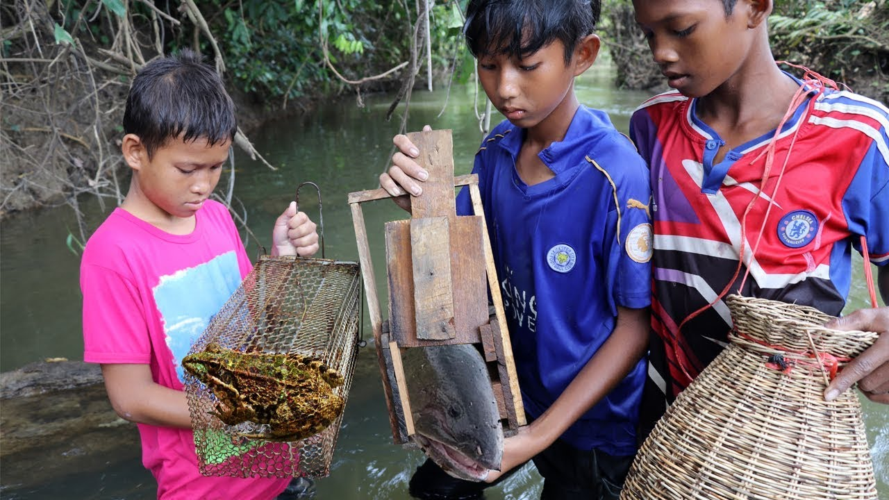 New fishing trap chan amazing smart boys using wood to for How to make a fish trap for big fish