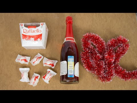 Взяли шампанское, конфеты, мишуру и сделали новогоднюю поделку