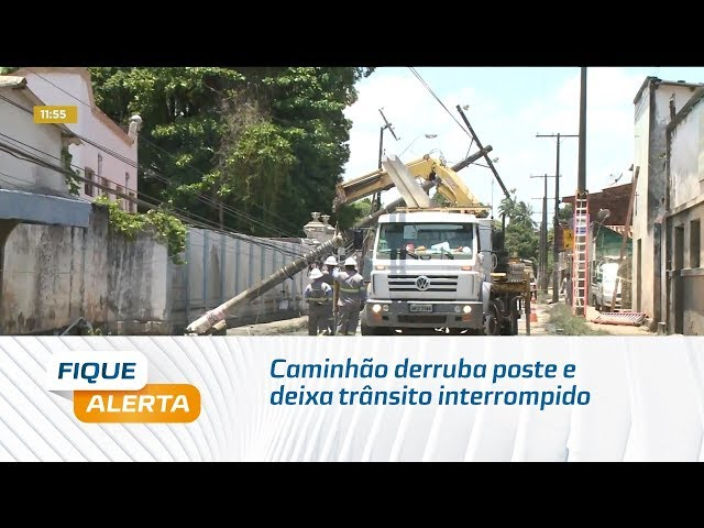 Caminhão derruba poste na principal via de Bebedouro e Mutange