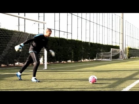 Victor Valdes | How to improve distribution | Pro goalkeeper tips