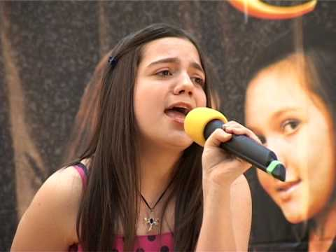 Felicia Dunaf - Stai linga mine mama LIVE by Madalina Manole
