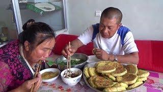 【農民大黑】這就是農村人平凡的幸福,午飯一盆菜一盆餅,看的流口水了