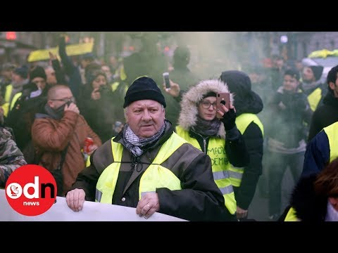 Running street battle in Paris on 10th week of protests