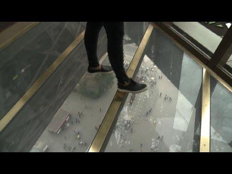 Un plancher de verre pour le 1er tage de la tour eiffel youtube - Prix pour monter a la tour eiffel ...