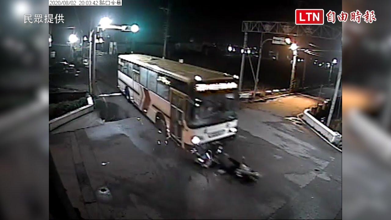 23歲女騎士疑闖紅燈 與公車擦撞送醫不治 (民眾提供)